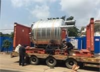恒东大吨位不锈钢罐设备装柜发货