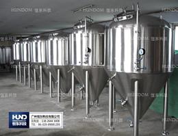 啤酒生产线上的发酵罐